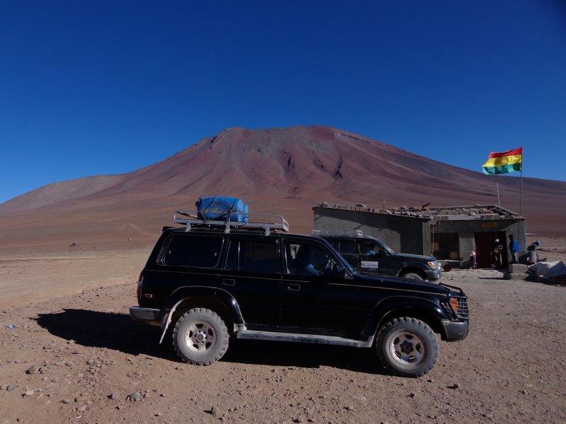 large_jeeps_at_border.jpg