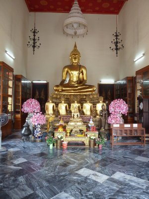 Seated Buddha in one of the halls surrounding Wat Pho