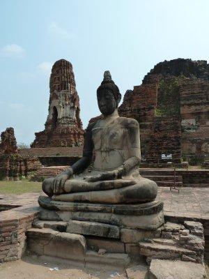 Buddha amongst the ruins at Wat Maha That