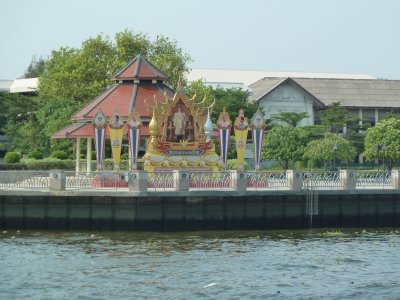 A large portrait of the King of Thailand beside th River Phraya