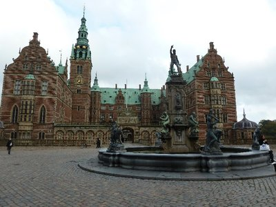 The fountain and external courtyard at Frederiksborg Slot