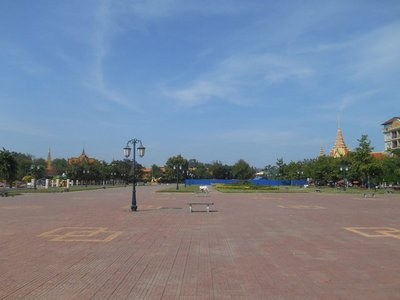 Empty avenues, Phnom Phen