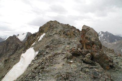 Au sommet du pic qui entoure le lac Ala Kul