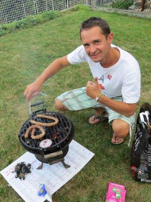 Ralph Zyzak, notre ami et guide, ici en train de nous préparer un bon barbecue dans son jardin !