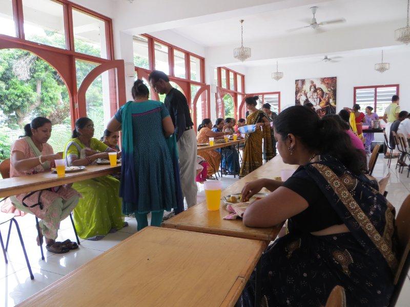 Déjeuner végétarien après l'office (Sri Krishna Kaliya Temple)