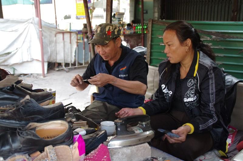 Stand de cordonnerie à Vientiane