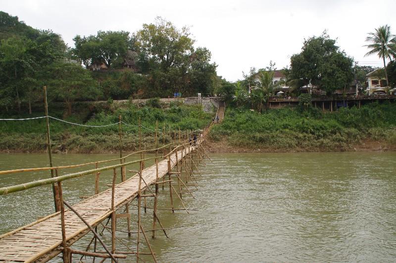 Pont en bambou à Luang Prabang