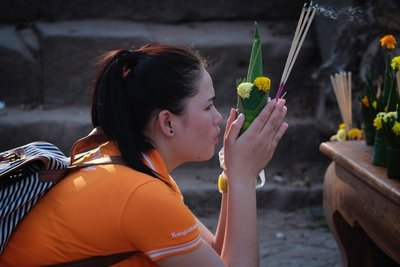 Girl praying at Wat Phu temple