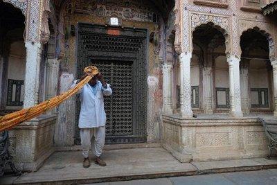 Wrapping a turban, Nawalgarh, Shekhawati region, Rajasthan