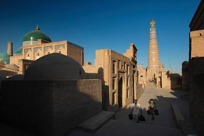 Street with the dome of Pahlavon Mahmud (left) and the minaret Islam Khodja Khiva, UZ