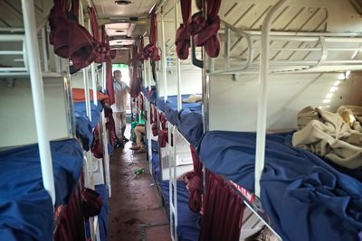Mumbai_Sleeper_bus_058.jpg