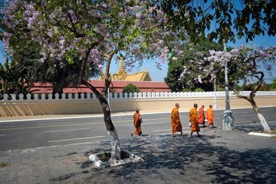 Monks outside the Royal Palace, Phnom Penh