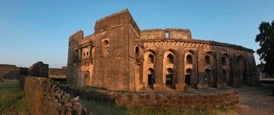 Hindola Mahal (palace), Mandu
