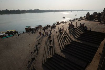 Ghats (steps leading to the river), Maheshwar