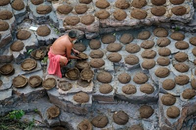 Drying dung patties, Omkareshwar