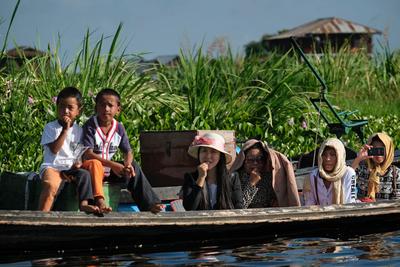 Onlookers, Phaung Daw Oo Pagoda festival