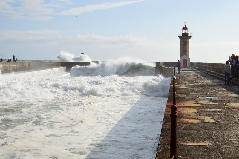 Rough seas & waves in Porto.