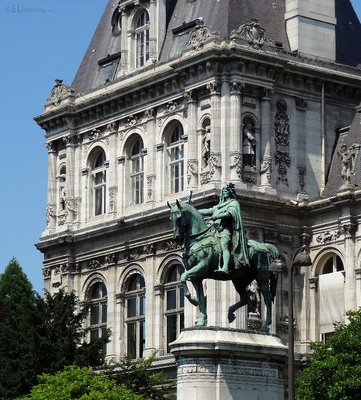 Statues outside and on the Hotel de Ville