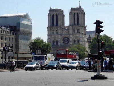 Les Car Rouges passing Notre Dame