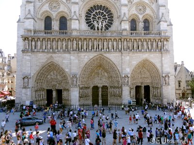 Front view of Notre Dame and the queues
