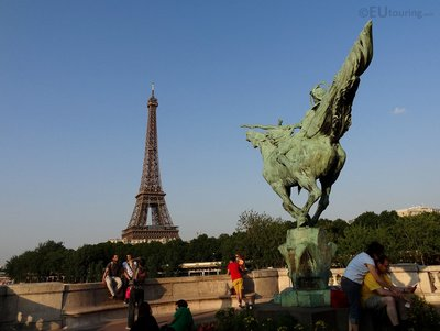 Statue along Bir-Hakeim and the Eiffel