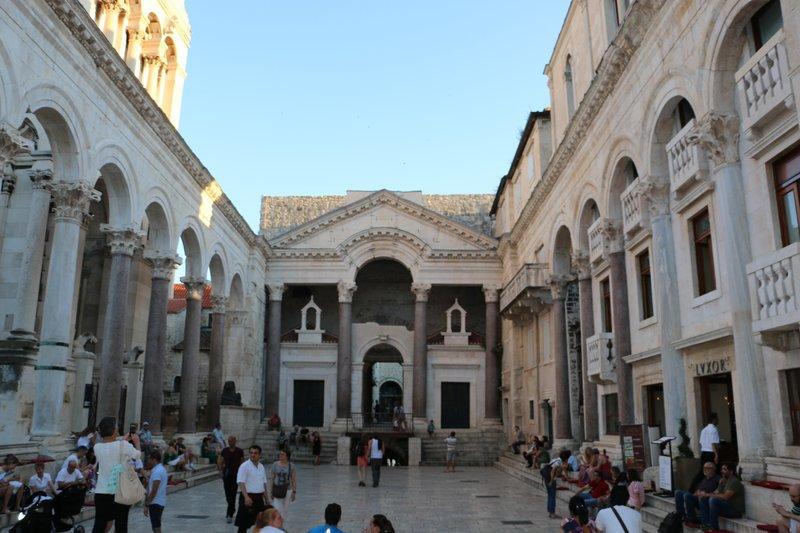 large_Piazza_Dio..ians_Palace.jpg