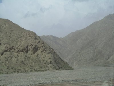 gravel_beds_Torugart_pass_road