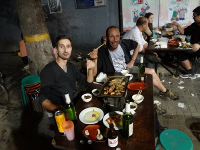 Streetfood nach der Mauerwanderung mit Jason und Remi