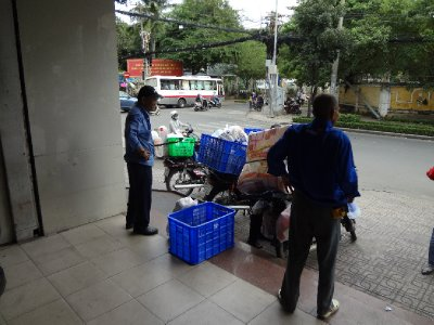 Saigon Moped Packer beim Supermarkt