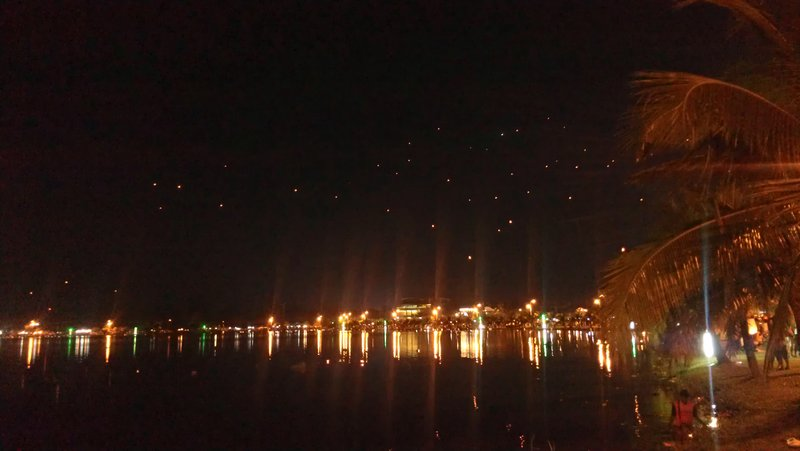 The lake with the lanterns in the air