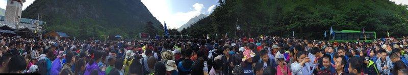 large_crowd2.jpg