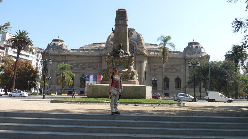 Vor einem Museum in Santiago
