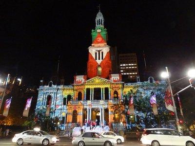 Weihnachtliche Illumination am Rathaus von Sydney