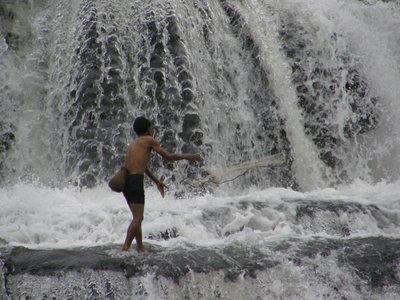 Pêcheur dans les cascades