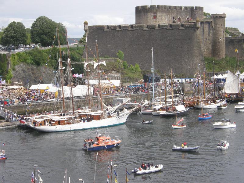 L'Etoile et la Belle Poule devant le château de Brest