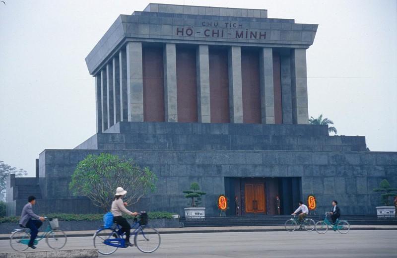 large_HAN_Ho_Chi..ausoleum2_b.jpg