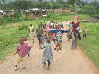 uga_mbale_wandeling met kindjes