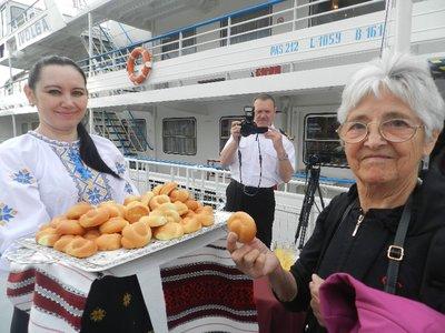Begrüßung auf der MS Wolga mit Brot und Salz