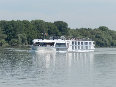 Flusskreuzfahrtschiff auf der Donau bei Budapest