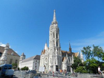 Matthiaskirche am Dreifaltigkeitsplatz mit den Hilton Hotel