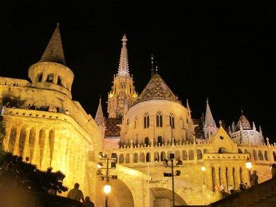 Fischerbastei mit Matthiaskirche bei Nacht