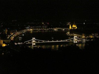 Kettenbrücke und Margaretenbrücke schließen das Parlament ein