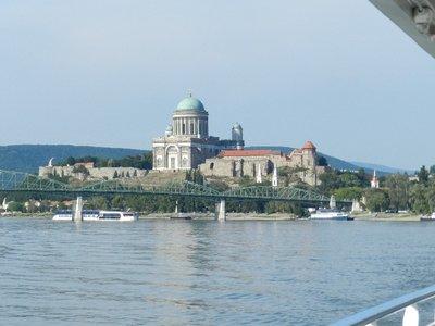 Dom und Burgberg von Esztergom mit der Maria-Valeria-Brücke