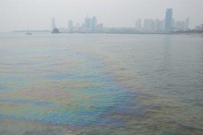 Ölteppich im Hafen von Tsingtao.