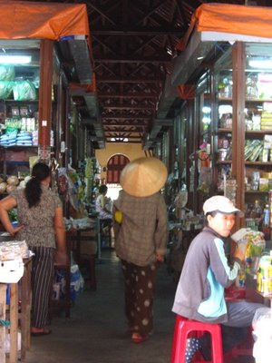 5 The busy central market