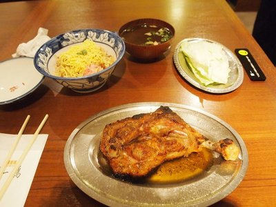 Honezuki Dori (Oya-dori).  The cabbage is for dipping the delicious oil in remaining in the plate and chow down after you finish the chicken.