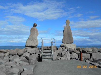 Keflavik_sea_rock_ppl.jpg