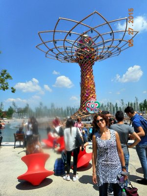 Milan_Expo_lake_pineapl_a.jpg