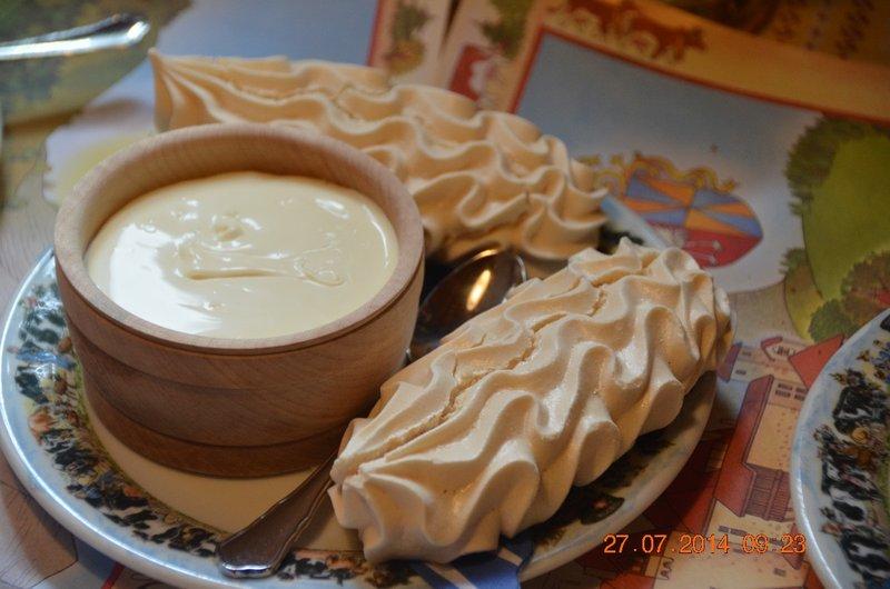 Meringue with cream