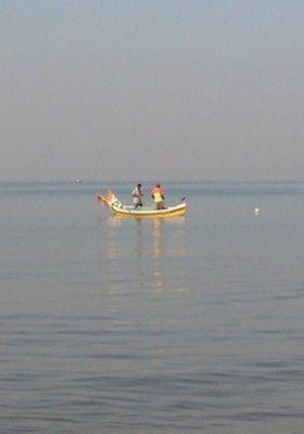 Deux pêcheurs sur la côte de Mumbai